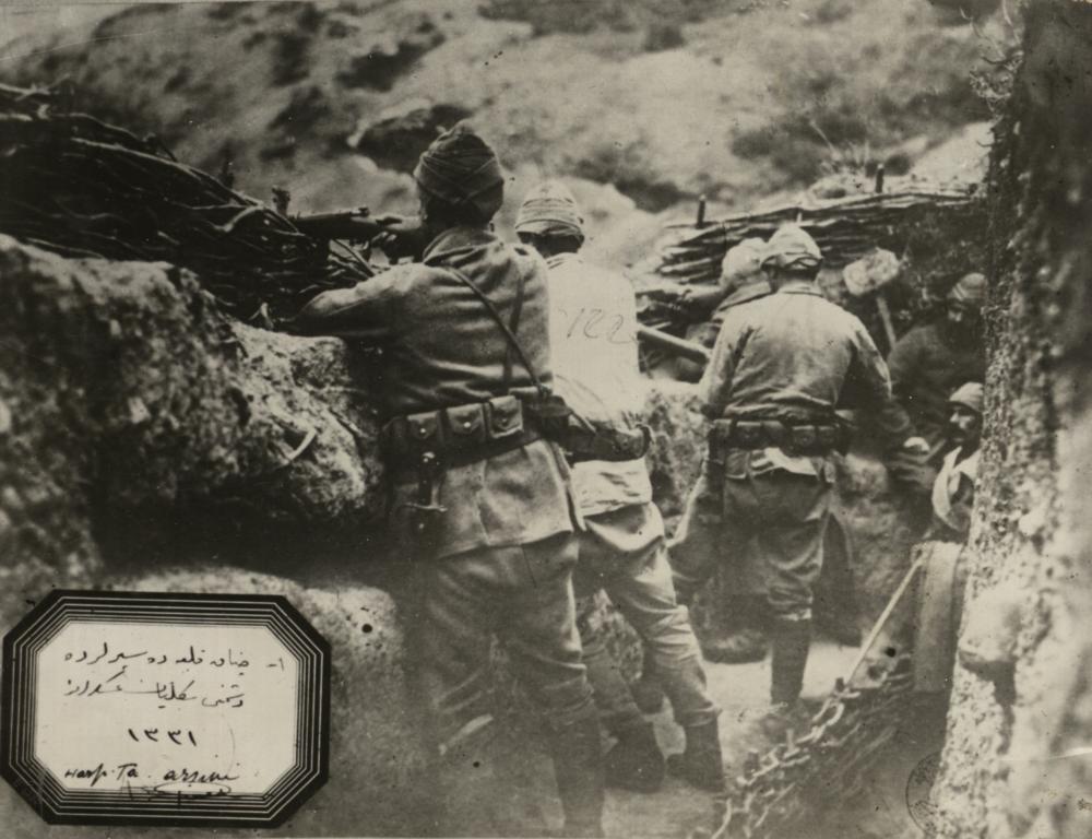 39-türk-askerleri-siperde-ateş-ederken.jpg