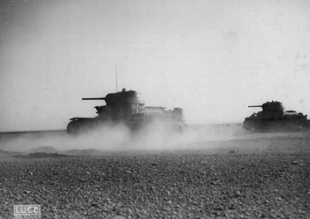 9_Carri armati in ricognizione nel deserti nell'inverno 1942.jpg