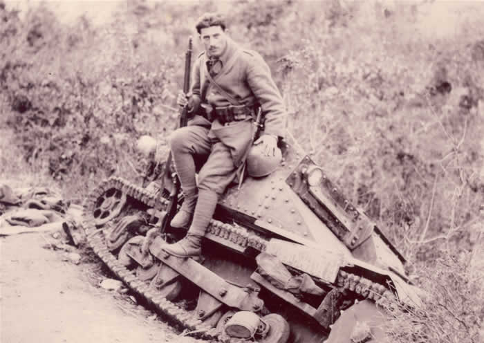 Greek_soldier_Kalpaki_1940-with-capt-L3.