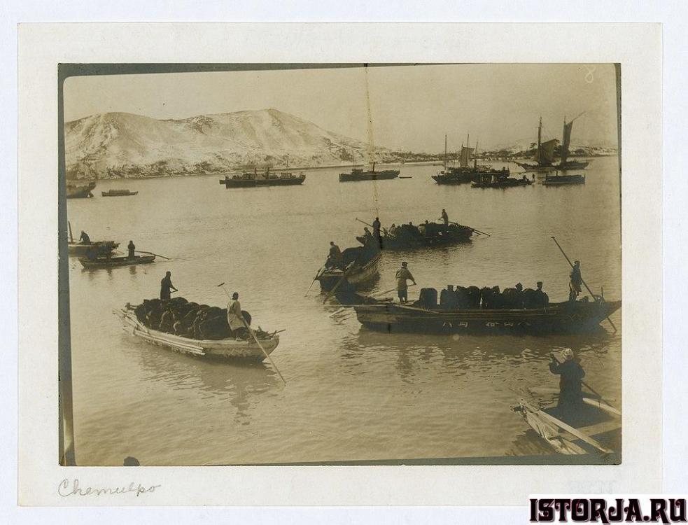 Japanese_bringing_horses_ashore_at_Chemu