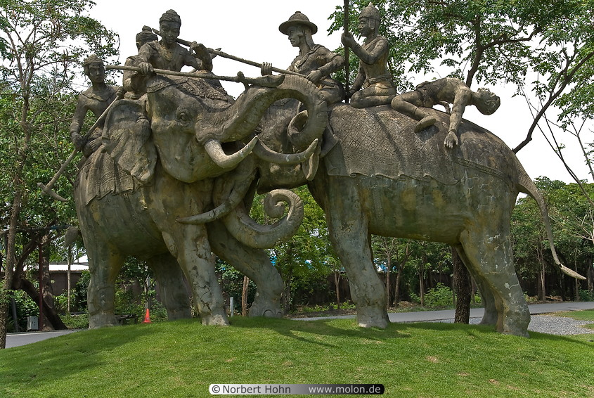 06_Statue_of_war_elephant_with_soldiers.